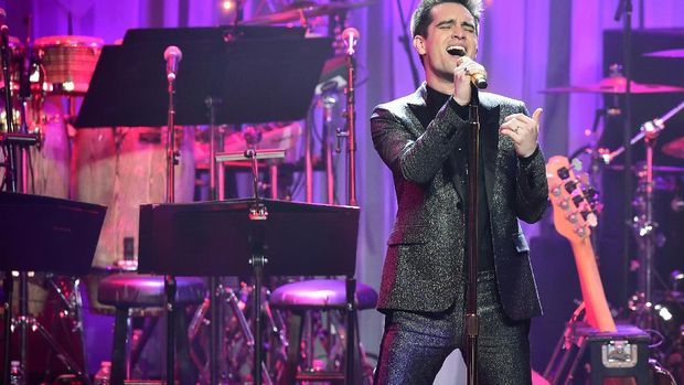 Vocalist Brendon Urie of Panic! at the Disco performs during the annual Clive Davis pre-Grammy gala at the Beverly Hilton Hotel on February 11, 2017.The annual Clive Davis pre-Grammy gala, presented in association with the Recording Academy, is among the most coveted invitations on the eve of The Grammy's gala.  / AFP PHOTO / Frederic J. BROWN