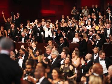 Riuh para kru dan pemain film Moonlight saat diumumkan menjadi pemenang Best Picture. Christopher Polk/Getty Images