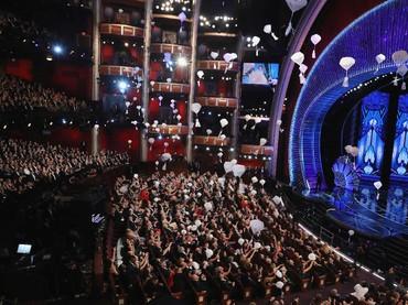 Jika tahun kemarin kue kering yang dibagikan, maka tahun ini Jimmy Kimmel membagikan permen, donat dan biskuit lewat parasut. REUTERS/Lucy Nicholson