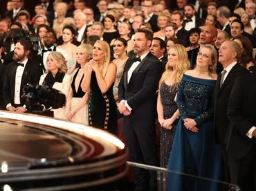 Para selebriti tampak tegang sesaat pengumuman Best Picture. Christopher Polk/Getty Images