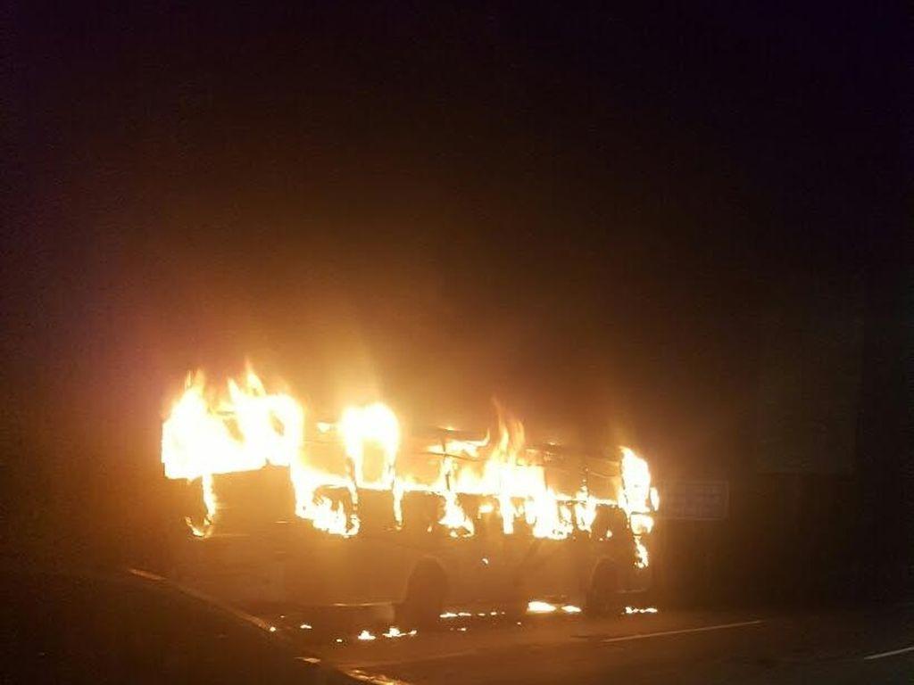 Bus Terbakar di Exit Tol Jatiasih, Lalin Macet 4 Km