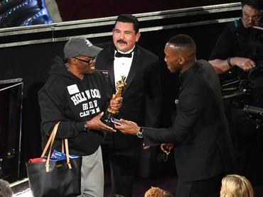 Marshala Ali awalnya hanya meminjamkan piala Oscar miliknya pada salah satu turis yang dibawa masuk Jimmy Kimmel. Kevin Winter/Getty Images/detikFoto.