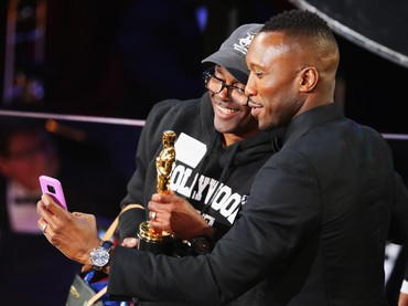 Mereka pun ber-selfie bersama piala Oscar pertamanya itu. REUTERS/Lucy Nicholson/detikFoto.