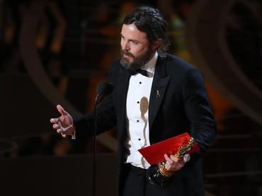 Best Actor berhasil diraih Casey Affleck yang tampak emotional kala memberikan pidato di atas panggung. REUTERS/Lucy Nicholson