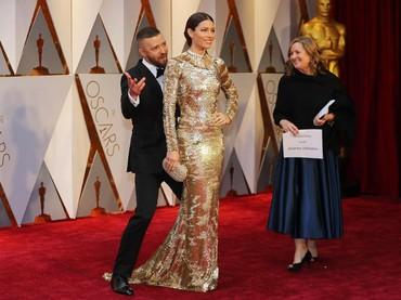 Lucunya Justin Timberlake yang mengganggu sang istri, Jessica Biel saat berpose. REUTERS/Mike Blake/detikFoto.