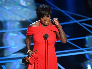 Viola Davis membawa pulang piala lewat kategori Best Supporting Actress. Kevin Winter/Getty Images