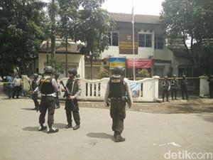 Densus Geledah Kontrakan YC Pelaku Bom Bandung di Cianjur
