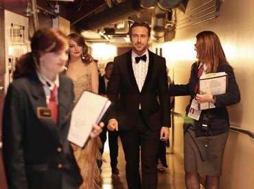 Persiapan Emma Stone dan Ryan Gosling sesaat sebelum membacakan nominasi. Christopher Polk/Getty Images