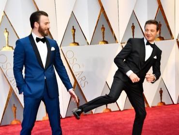 Mereka tampak bercanda hingga Jeremy The Hawkeye tampak menendang si captain America. Frazer Harrison/Getty Images/detikFoto.