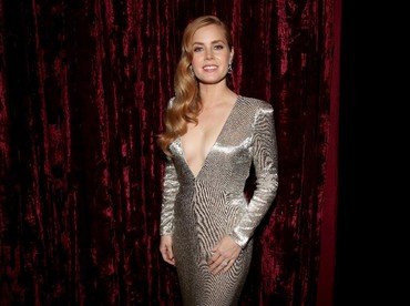 Seksinya Amy Adams yang turut membacakan nominasi. Christopher Polk/Getty Images