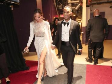 Chrissy Teigen yang setia mendampingi sang suami, John Legend usai tampil di panggung Oscar. Christopher Polk/Getty Images