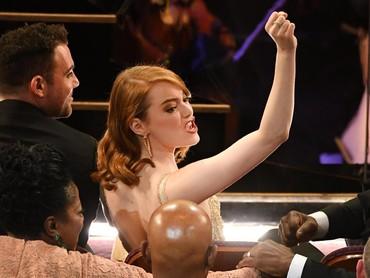 Teriakan Emma Stone saat Damien cazelle berhasil memenangkan Best Director. Kevin Winter/Getty Images
