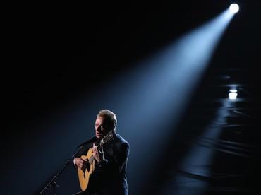 Penampilan syahdu dari Sting yang membawakan lagu The Empty Chair. REUTERS/Lucy Nicholson