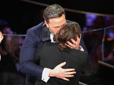 Ciuman dari sang kakak, Ben Affleck kepada Casey Affleck saat diumumkan menjadi pemenang Best Actor. REUTERS/Lucy Nicholson