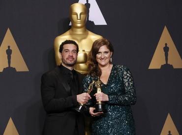 Untuk Best Documentary dimenangkan oleh Ezra Edelman dan Caroine Waterlow lewat film O.J.: Made in America. REUTERS/Lucas Jackson