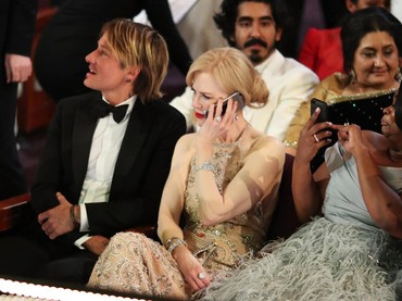 Duh, Nicole Kidman lagi nelpon siapa ya? Christopher Polk/Getty Images