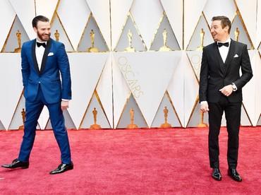 Tingkah lucu Chris Evans dan Jeremy Renner saat berpose di red carpet. Frazer Harrison/Getty Images/detikFoto.