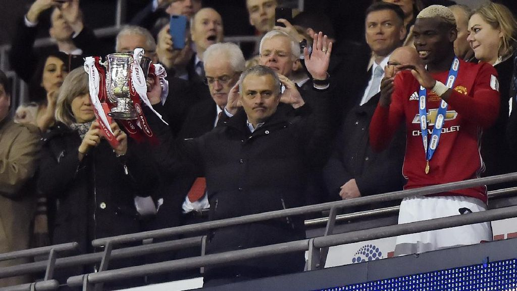 Mourinho Samai Ferguson Usai Bawa MU Menangi Piala Liga Inggris