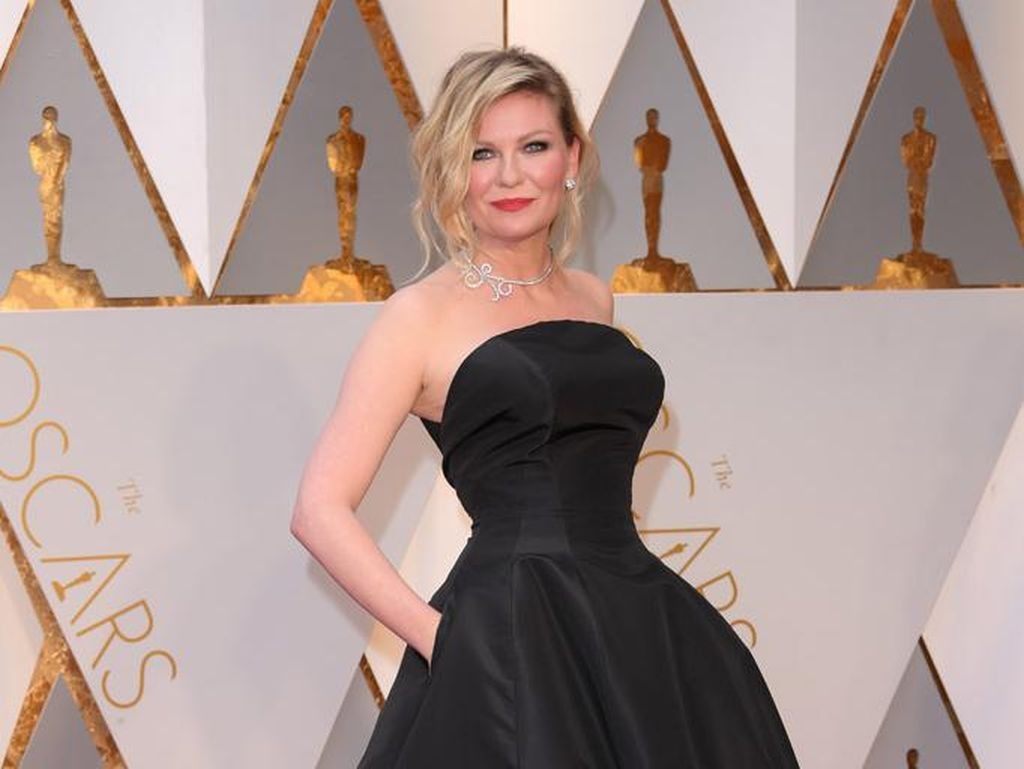 Ini Sepatu Berusia 10 Tahun yang Dipakai Kirsten Dunst ke Oscar 2017
