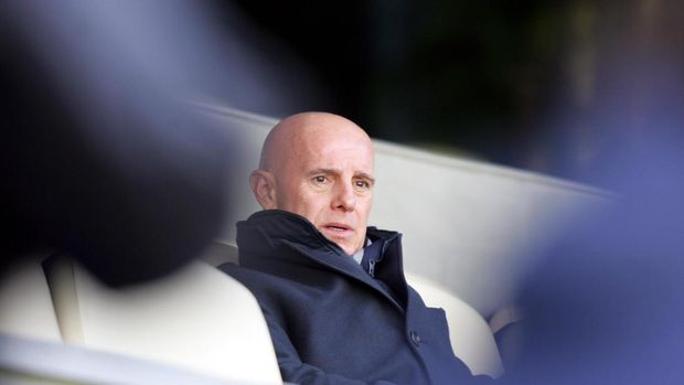 Real Madrid's Sporting Director Italian Arrigo Sacchi looks at his players during a training session on the eve of their Champions League football match against Juventus, at Santiago Bernabeu stadium in Madrid, 21 February 2005. AFP PHOTO/ JAVIER SORIANO / AFP PHOTO / JAVIER SORIANO