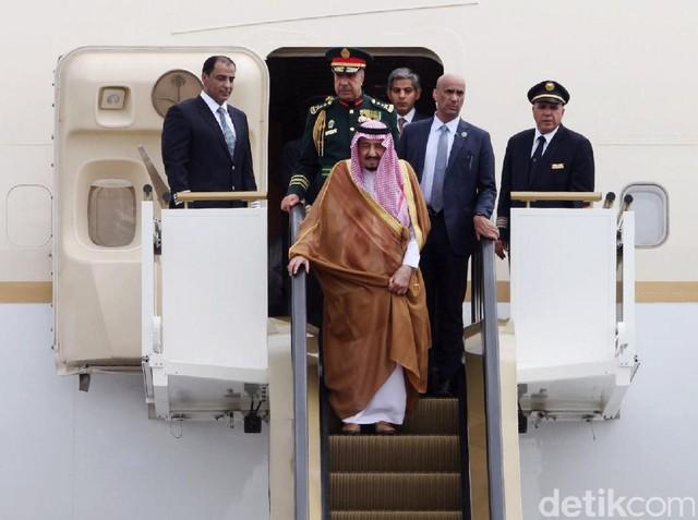 Raja Salman Tiba di Bandara Halim