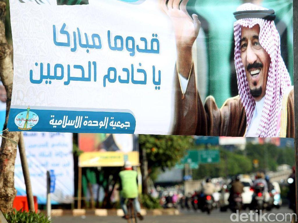 Spanduk Raja Salman Hiasi Depan Gedung DPR