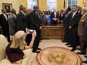 Duduk Berlutut di Sofa Ruang Oval, Penasihat Senior Trump Dikecam