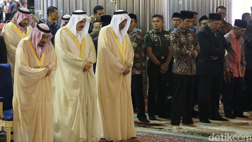 Raja Salman Tunaikan Salat Tahiyatul Masjid di Istiqlal