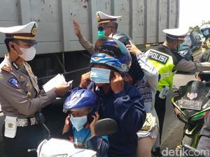 Jalan Rusak dan Berdebu, Polisi Bagi-bagi Masker