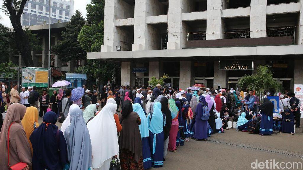 Antrean Masyarakat di Depan Pintu Masjid Istiqlal