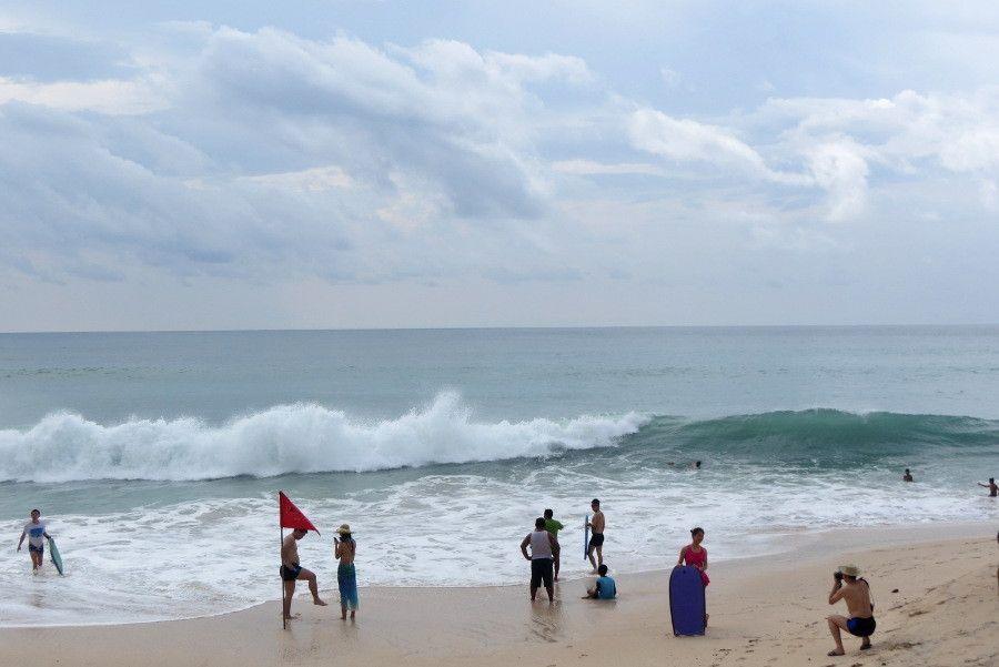 Turis liburan di Pantai Kuta, Bali