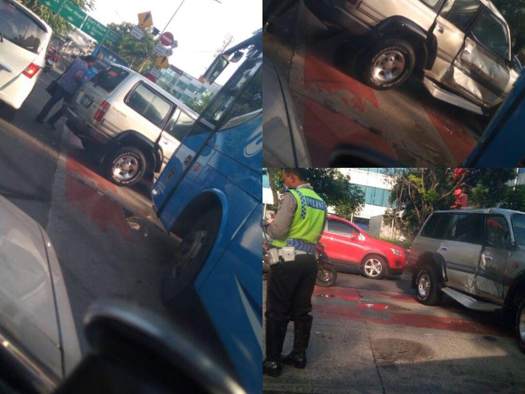 TransJ Tabrakan dengan Minibus di Jalan Panjang Kebon Jeruk