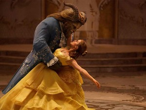 Ariana Grande Tampil Mempesona di Soundtrack Beauty and The Beast