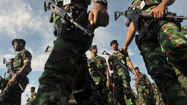 Polri mulanya terpisah dari militer, kemudian digabungkan dengan militer di era Sukarno, dan kembali dipisah di era reformasi.