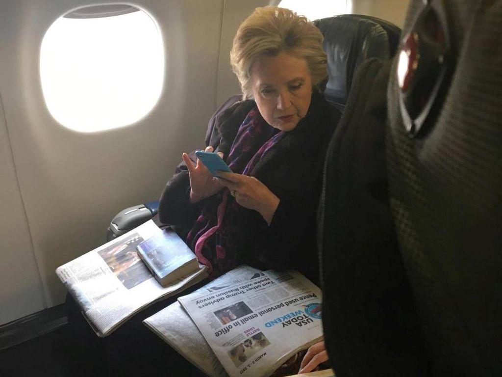 Ups! Hillary Kedapatan Baca Koran Soal Kasus Email Wapres AS