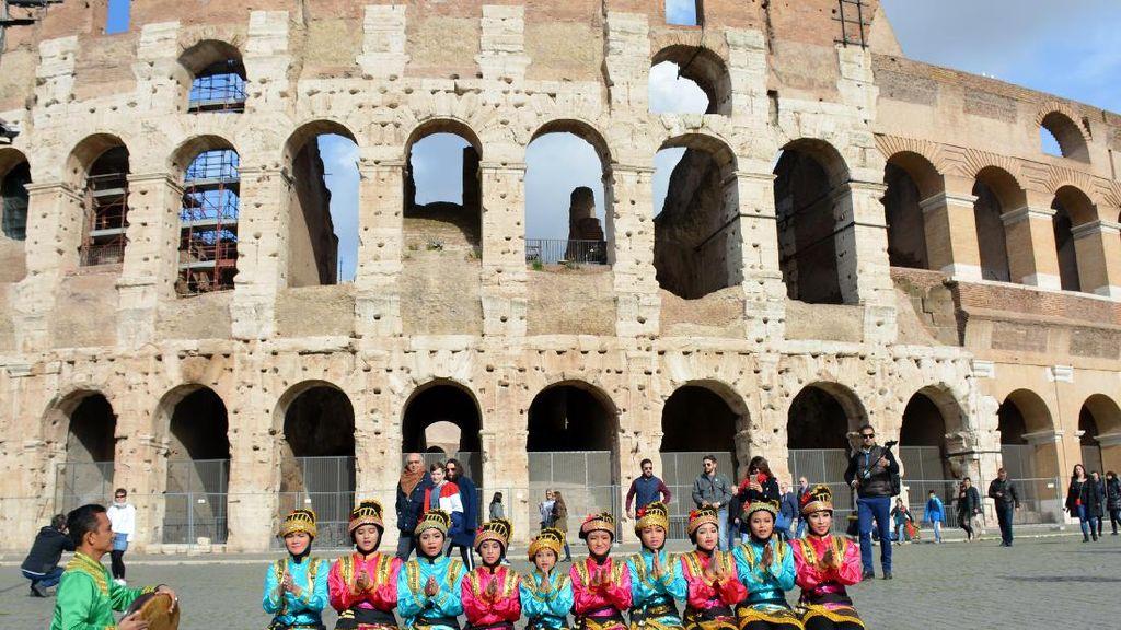 Anak-anak RI Menari Saman di Colosseum Roma, Pikat Perhatian Turis