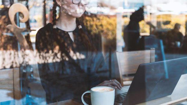 Ilustrasi perempuan bekerja dengan laptop