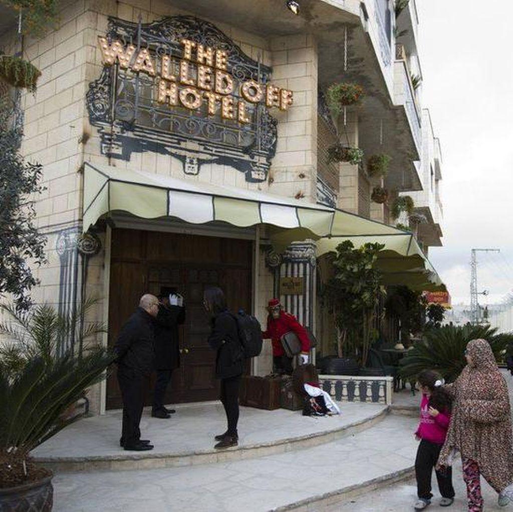 Karya Seni Banksy di Hotel Tepi Barat Palestina