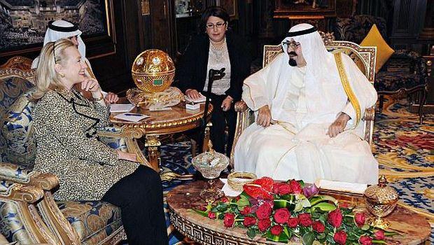 Raja Abdullah (kanan) bersama dengan Hillary Clinton.
