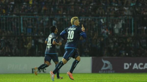 Lima Gol Cristian Gonzales Antarkan Arema ke Partai Puncak