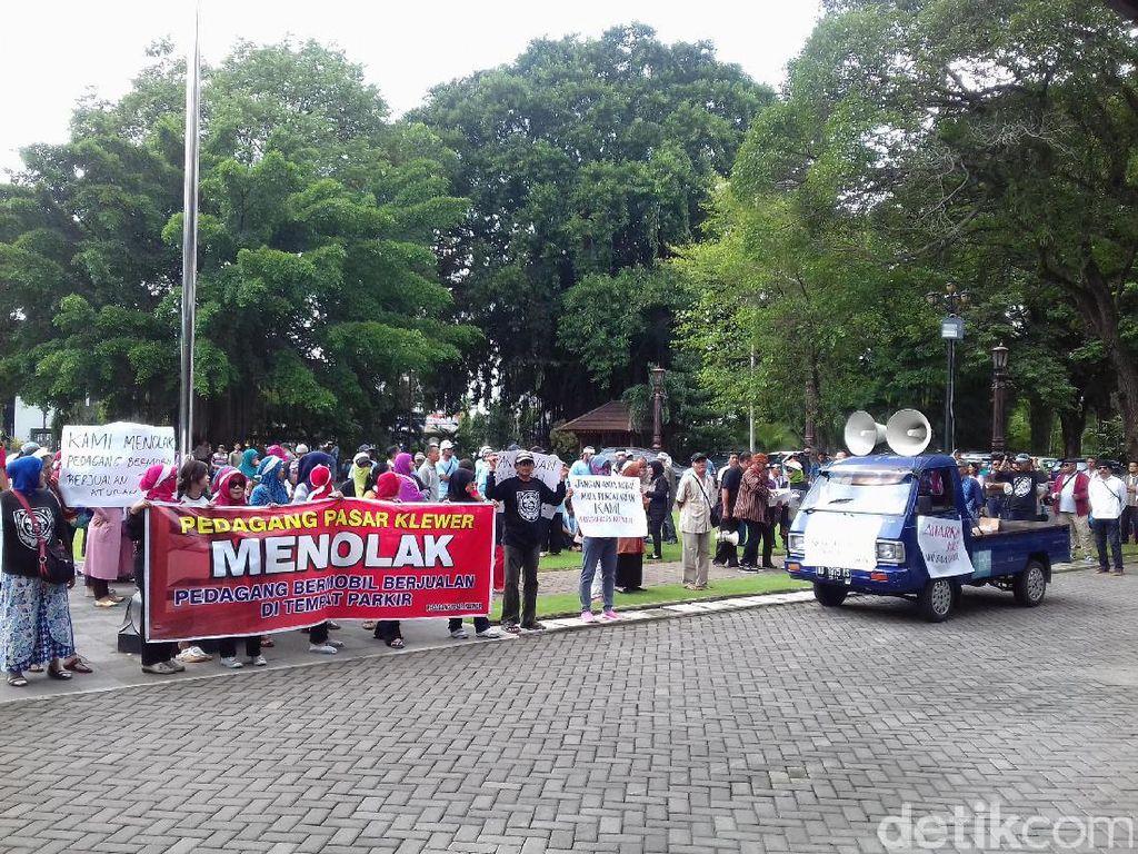 Dirazia, PKL Bermobil di Sekitar Pasar Klewer Dibawa ke Pengadilan