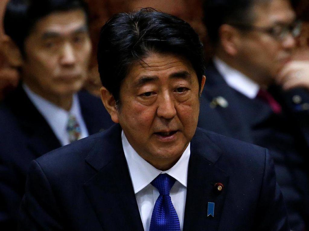 Bagikan Masker Gratis, Kenapa PM Jepang Shinzo Abe Malah Dicemooh Warga?