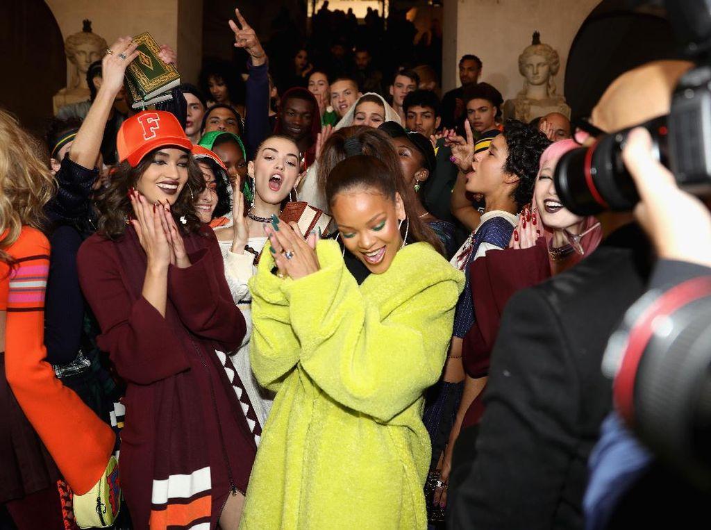 Foto: Hebohnya Fashion Show Rihanna x Puma di Perpustakaan Kuno