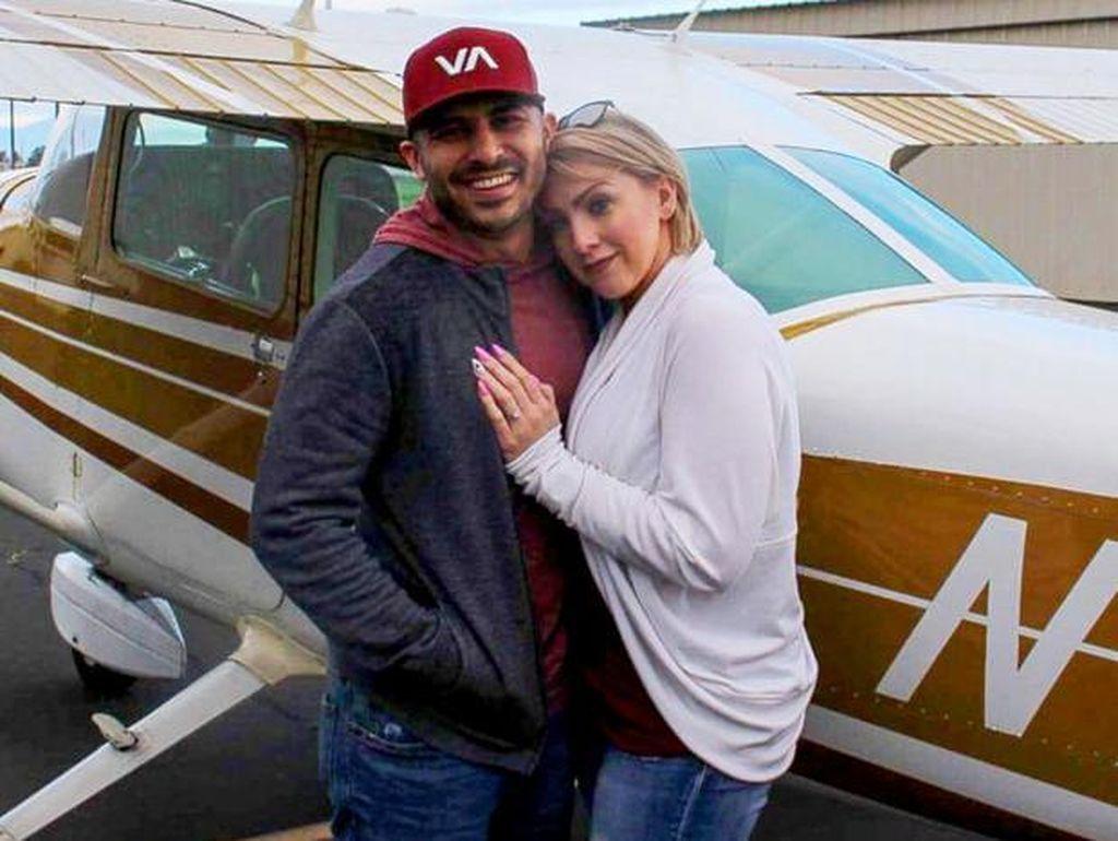 Gagal Romantis, Pria Ini Muntah Saat Lamar Kekasih di Pesawat Terbang