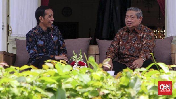 Presiden Joko Widodo menerima kedatangan Presiden keenam Indonesia Susilo Bambang Yudhoyono di Beranda Istana Merdeka.