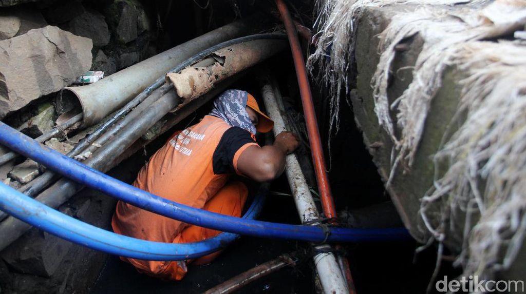 Aksi Pasukan Oranye dan Biru Bersihkan Gorong-gorong