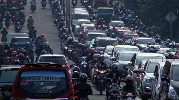 Jalan TB Simatupang dan kepadatannya, di Jakarta, Jumat (10/3).