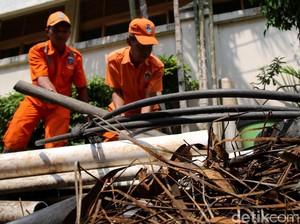 Kulit Kabel yang Sumbat Gorong-gorong di Jakarta