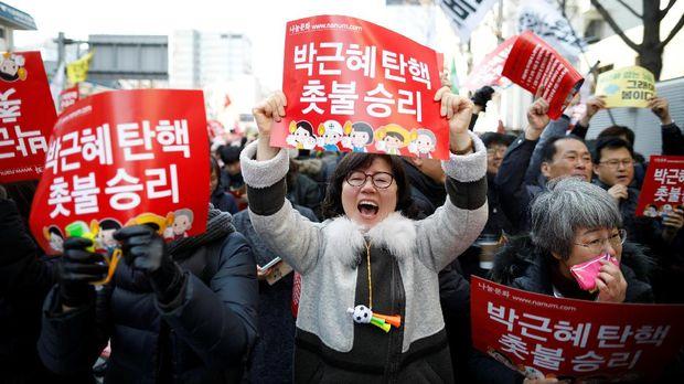 Warga Korea Selatan bergembira saat keputusan pemakzulan Park Geun-hye.
