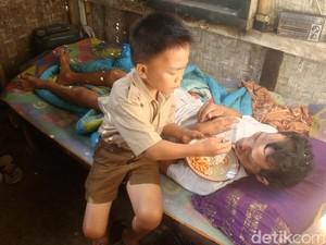 Kisah Pilu Kendar, Bocah SD Rawat Ayahnya yang Lumpuh Seorang Diri